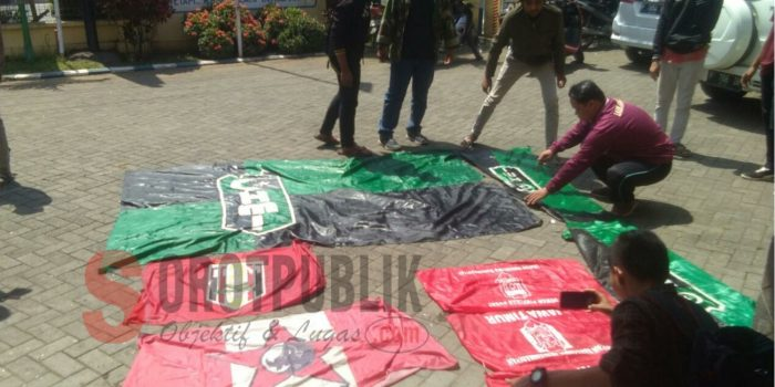 Pembuangan Tiga Bendera Organisasi di Sungai