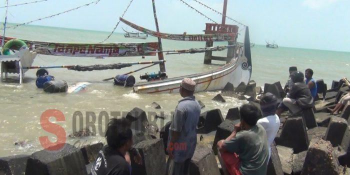 Perahu Nelayan Dihantam Ombak