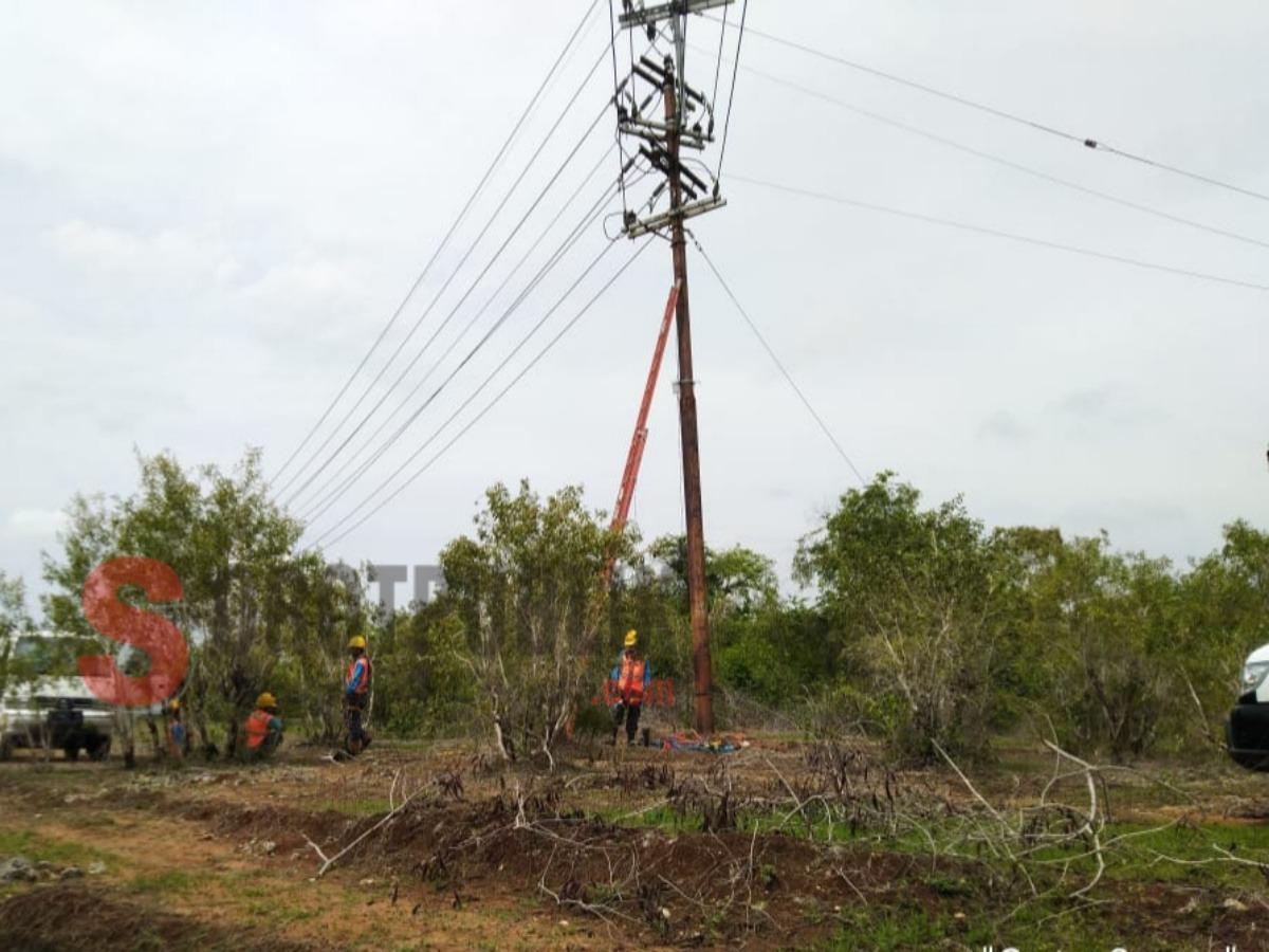 Saat petugas PLN Rayon Ambunten bersiap memperbaiki kabel listrik yang tersambar petir