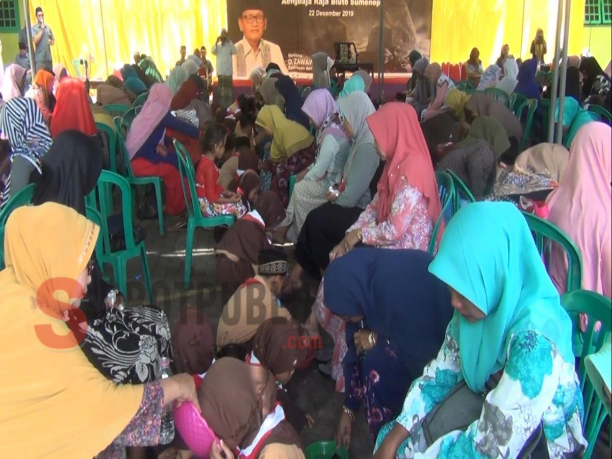 Puluhan siswa saat membasuh kaki ibunya di halaman PP Attaufiqiyah