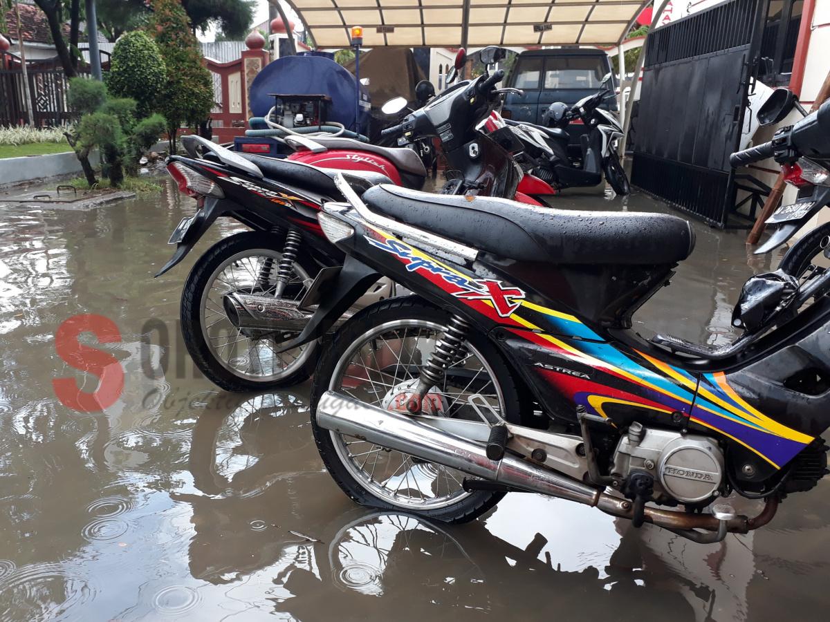 Sejumlah kendaraan roda dua terendam air di Kantor PU Cipta Karya Sumenep