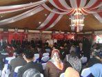 Para pejabat yang hendak dilantik berdiri di podium