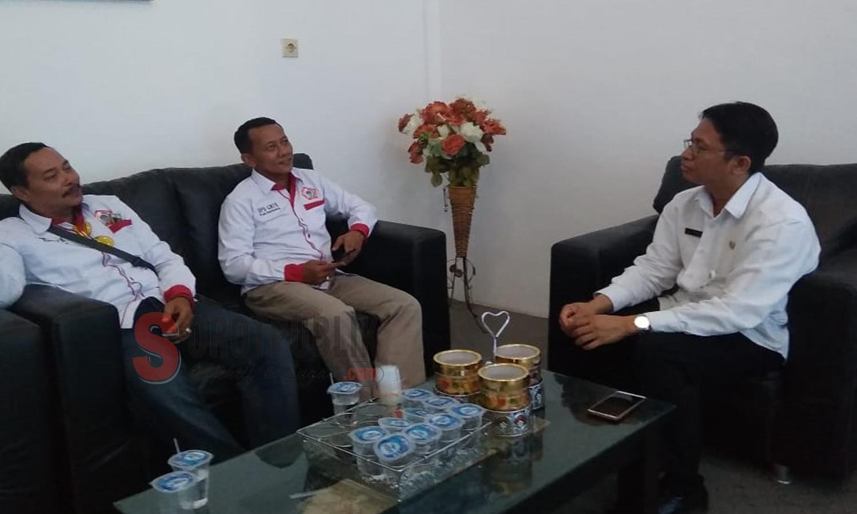 Pengawas LSM GMPK Arif Sugiarto sebelah kiri, di tengah Ketua LSM GMPK Kabupaten Sampang Azis SH , sebelah kanan PLT Kadiskes kabupaten Sampang Agus Mulyadi