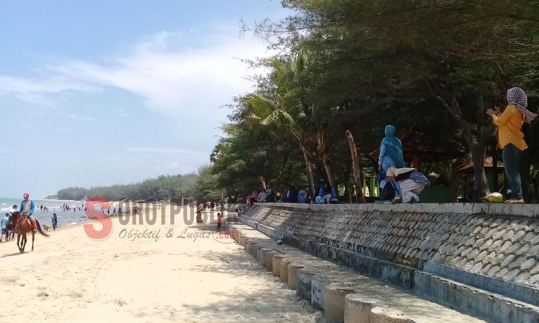 Terlihat puluhan warga santai di Pantai Slopeng
