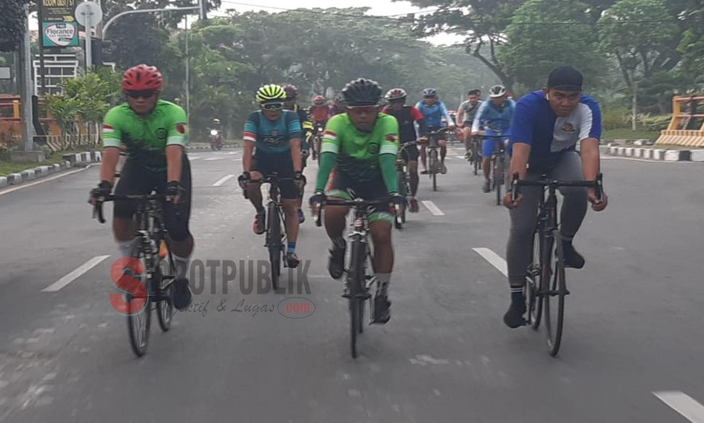 Danrem 084 Bhaskara Jaya saat bersepeda dan menyapa masyarakat Surabaya dan Bangkalan