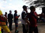 Sejumlah anggota Polres Sumenep saat joget bersama Kapolres di Pantai Slopeng