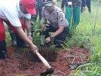 Polsek Dasuk dan Camat Dasuk saat lakukan penanaman pohon mangga