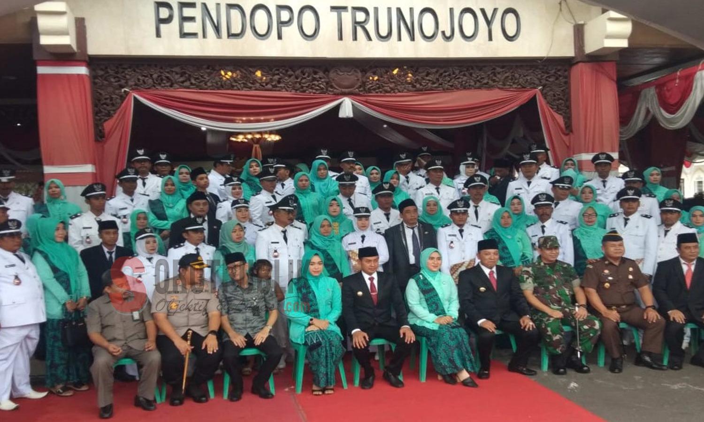 Saat para kades foto bersama dengan Bupati dan Wakil Bupati Sampang