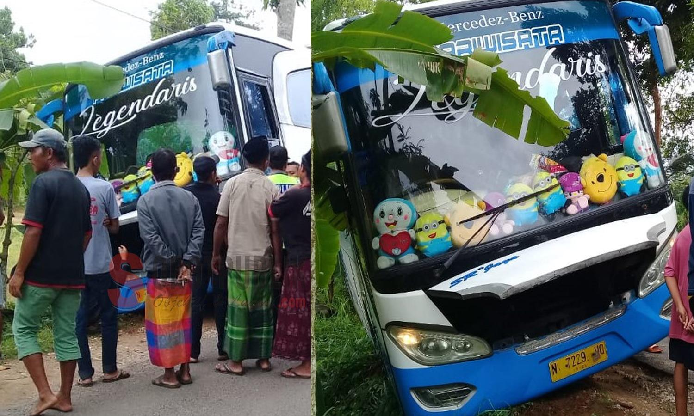 Saat para penumpang dan warga bergotong royong evakuasi bus yang oleng