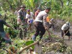 TNI, Polri dan warga ngotong royong membuat irigasi di Kabupaten Lamongan