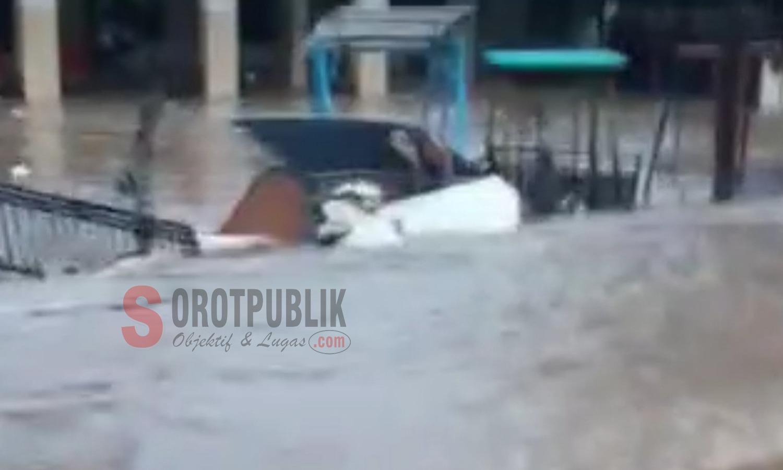 Pagar balai Desa Torbeng yang diterjang banjir