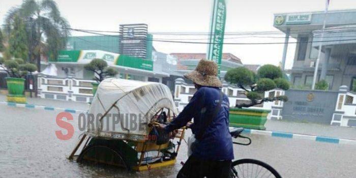 Tukang becak saat terobos banjir di ruas Jalan Kecamatan Kota Sumenep