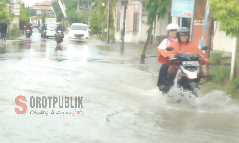 Salah satu pengendara yang mencoba menerobos banjir musiman