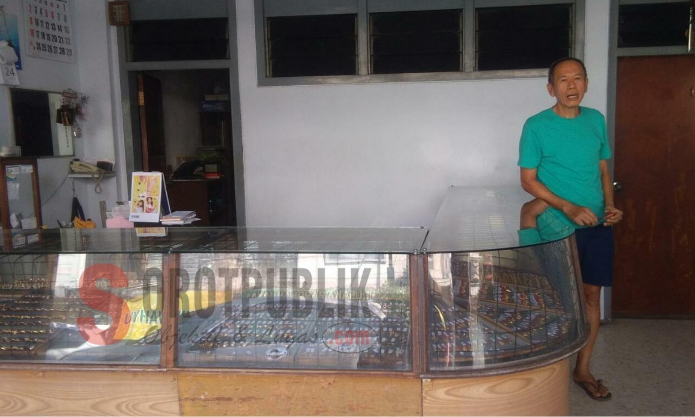 Nardi Hermanto, pemilik salah satu toko emas di Pasar Tanjung, Jember