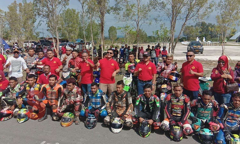 Kapolres Pulau Buru, AKBP Ricky Purnama Kertapati, S.I.K, M.Si saat pelepasan peserta lomba balap di arena Jl Kantor Bupati Buru