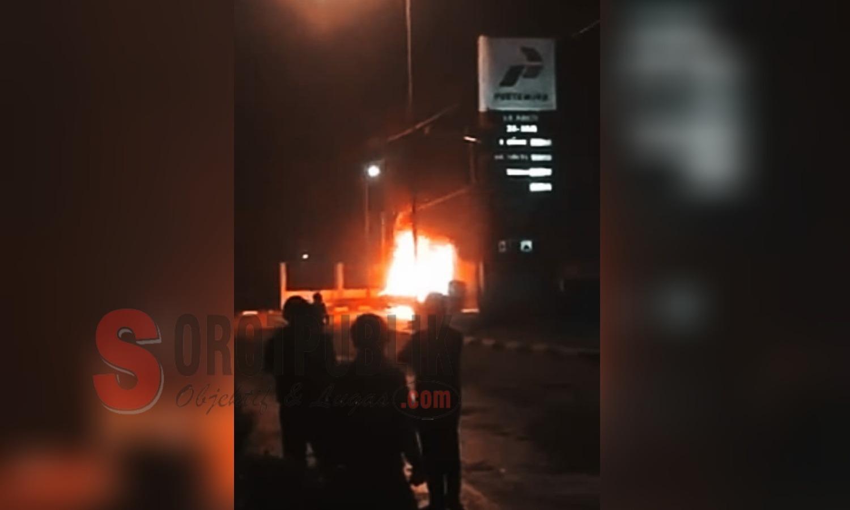 Antre di SPBU Tempurejo, Sebuah Mobil Dilalap Si Jago Merah