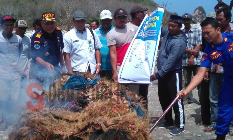 Puluhan Nelayan Puger Jember Serahkan Alat Tangkap Benih Lobster untuk Dimusnahkan
