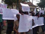 Puluhan warga Desa Pragaan Daya, Kecamatan Pragaan saat didepan Kantor Kejari Sumenep