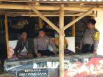 Personil Polsek Dasuk, Aiptu Sunardi dan Bripka Christi Madya melakukan kegiatan patroli dan tatap muka kepada Masyarakat