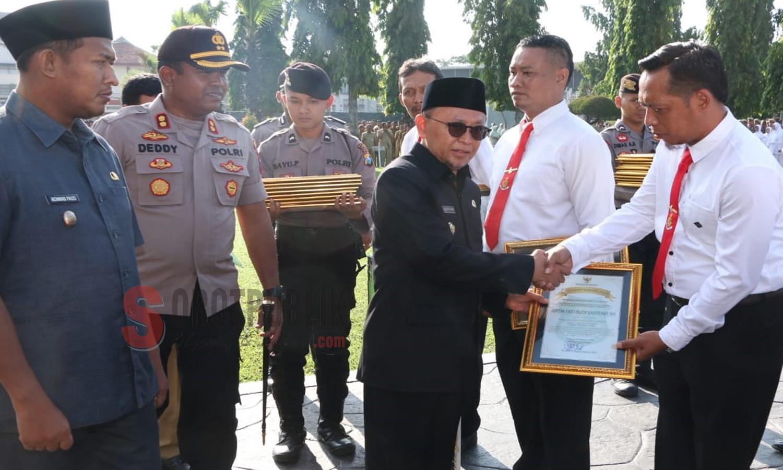 Bupati Sumenep, Wakil Bupati Sumenep dan Kapolres Sumenep saat berikan penghargaan kepada para anggota Polres